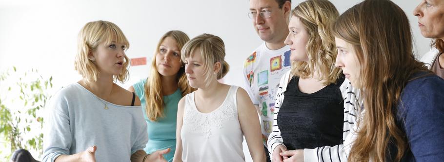 Erzieherinnen informieren sich über aktuelle Themen