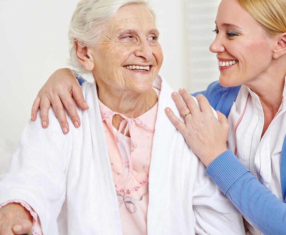 Altenpflegeschüler kümmern sich um Senioren
