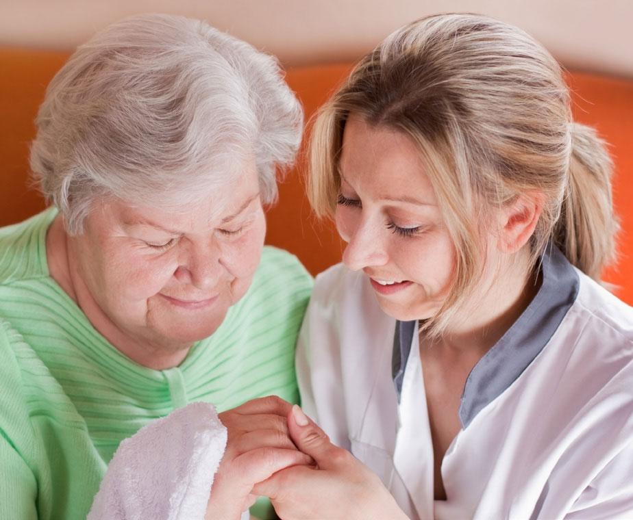 Altenpflege Absolventen unterstützen Menschen beim älter werden